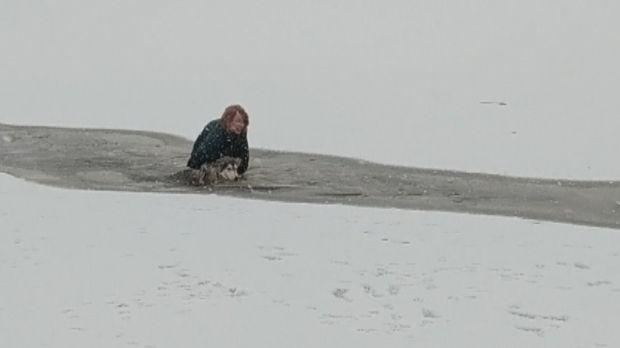 Cane intrappolato nel lago ghiacciato viene salvato da una donna coraggiosa