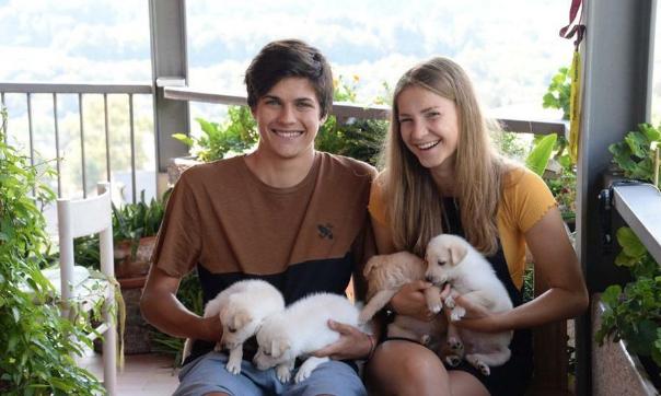 Una vacanza particolare: trovano sette cuccioli abbandonati e decidono di salvarli da un destino crudele