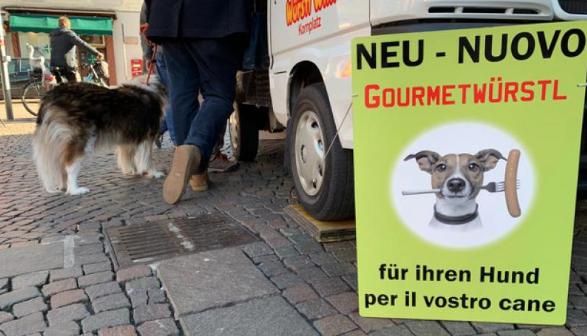 Il chiosco con i würstel: solo per cani