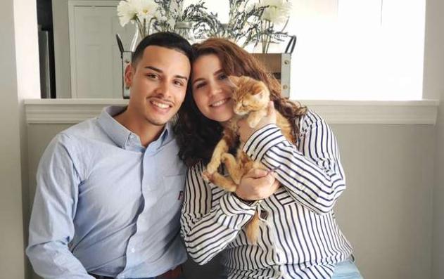 Un ragazzo regala un gatto alla fidanzata e sulla medaglietta…