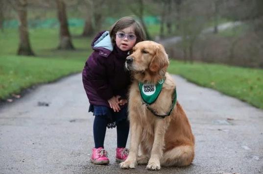 La bellissima amicizia tra una bambina disabile e il suo cane da supporto