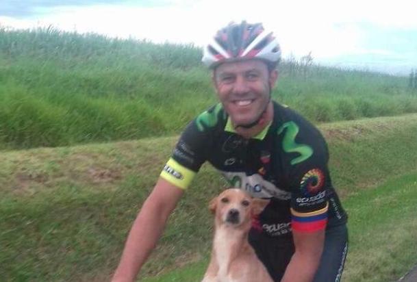 Ciclista salva un cucciolo di cane abbandonato per strada