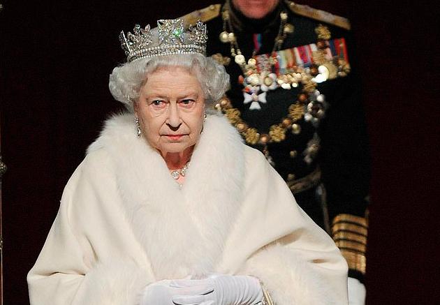 La Regina Elisabetta dice basta alle pellicce e cambia radicalmente il suo guardaroba